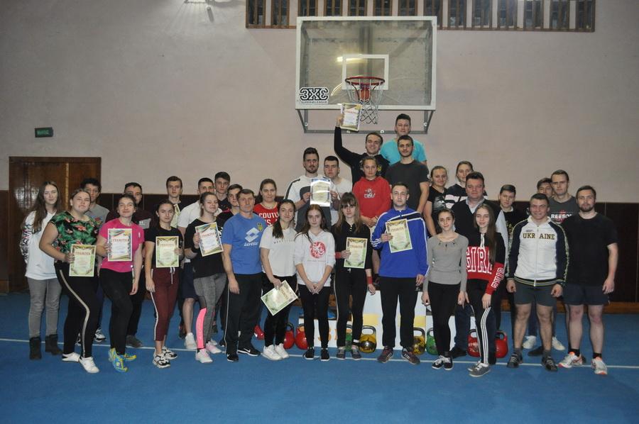 Як студенти франківського вишу визначали найсильніших у гирьовому спорті (ФОТО)