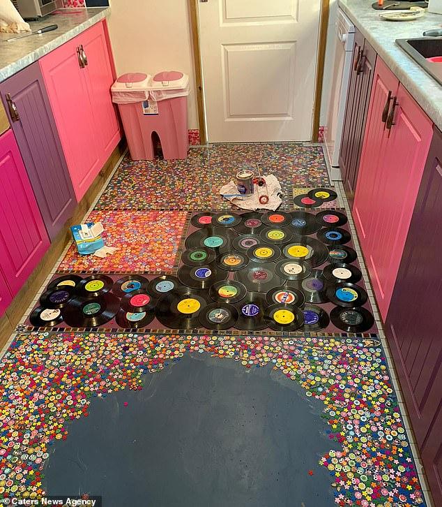 Британка замурувала колекцію платівок ексчоловіка-зрадника у підлогу на кухні (ФОТО)