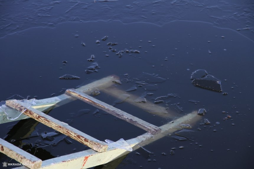 Близько 50 кг небезпечних предметів підняли з дна Бистриці на Пасічній напередодні Водохреща