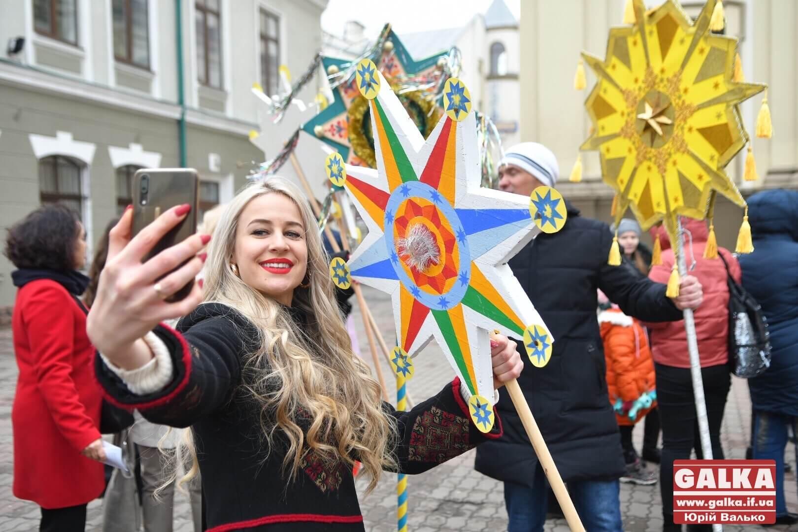 Рекорд України: Івано-Франківськом пройшла масова хода з різдвяними зірками (ФОТО, ВІДЕО)