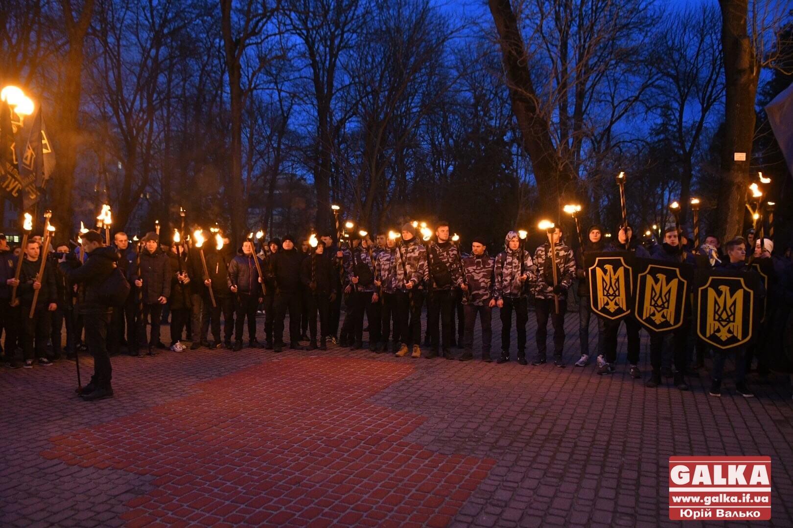 Сотні франківців зі смолоскипами в руках вшанували Героїв Крут (ФОТО, ВІДЕО)