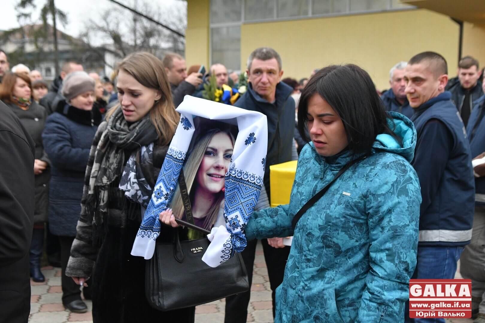 Сотні небайдужих прийшли попрощатися із загиблою в авіатрощі в Ірані стюардесою з Франківська (ФОТО)