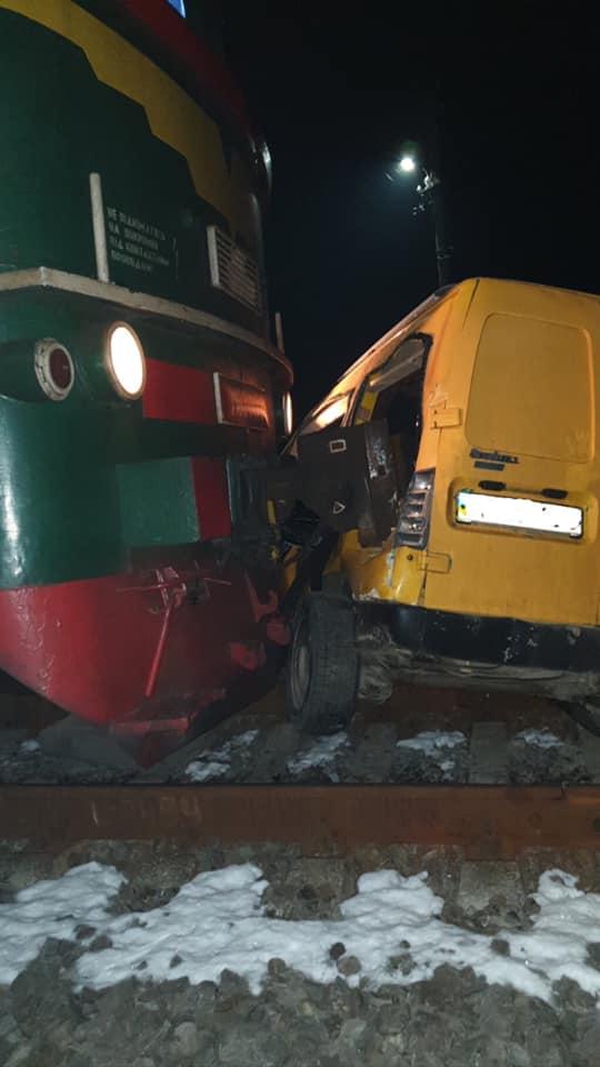 За мить до трагедії: у Калуші з автівки, яка застряла перед поїздом у русі, витягли дуже п'яного водія (ФОТО)