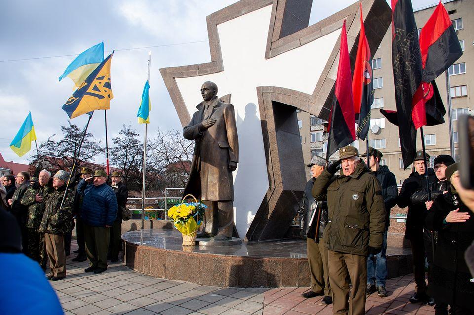 """Франківські депутати проситимуть у громадян гроші на пам'ятник Бандері на """"московському"""" кордоні"""