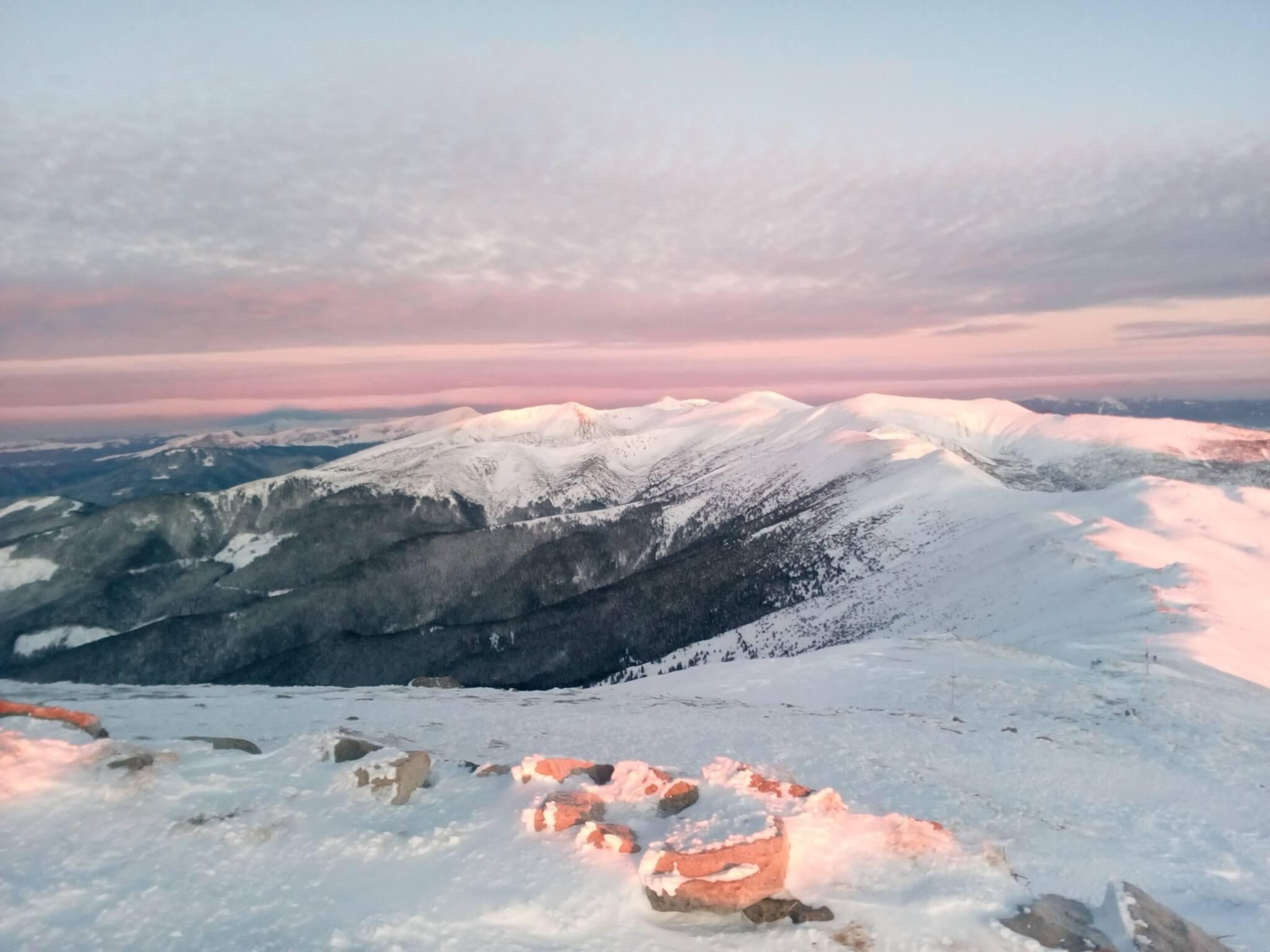 Засніжені вершини: фантастичні світлини прикарпатських гір оприлюднили у мережі (ФОТО)