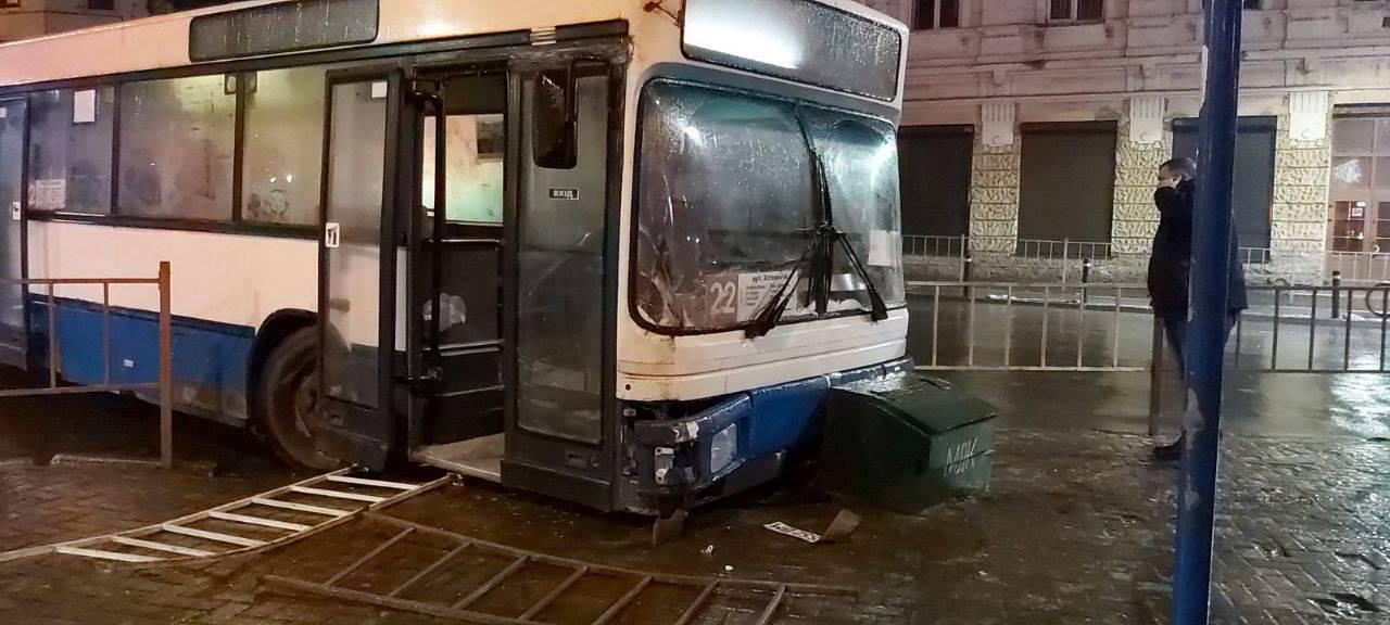 У Франківську через слизьку дорогу автобус зніс ящик з піском (ФОТОФАКТ)