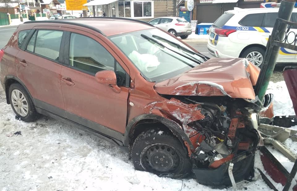 У Татарові на роздоріжжі дві автівки врізалися у паркан. Сільський голова просить у дорожників розмітку і знаки (ФОТО)