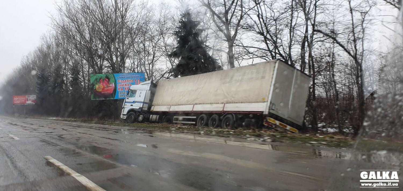 Між Тисменицю і Франківськом фура вилетіла з дороги (ФОТО)