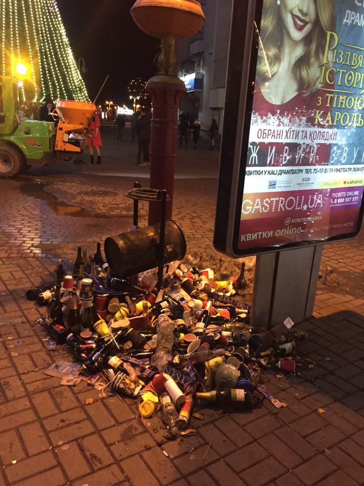 Комунальники показали купи сміття, які залишили франківці після святкування (ФОТО)