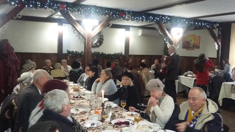 Для самотніх коломиян влаштували святкову вечерю (ФОТО)