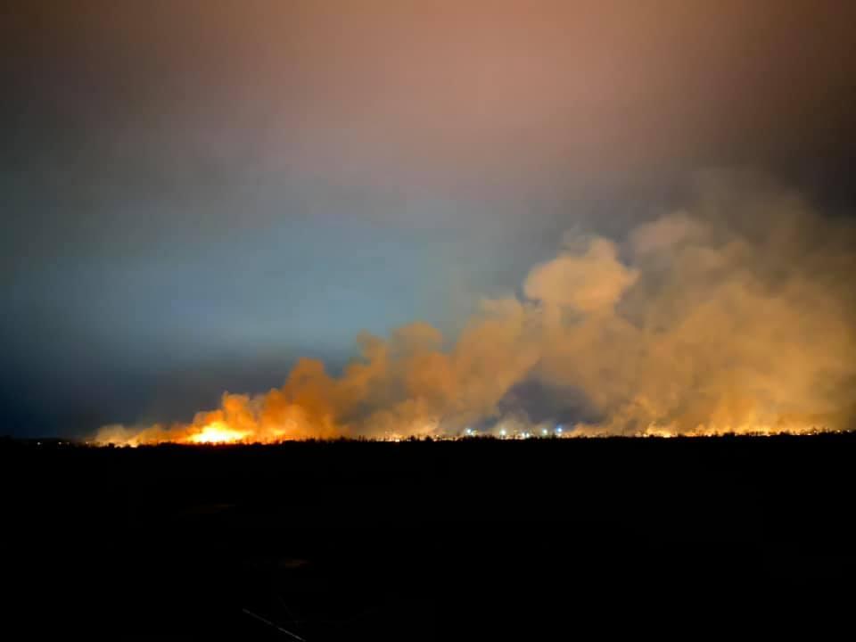 Поблизу Франківська масштабна пожежа сухої трави. Мешканців кличуть допомогти рятувальникам (ФОТО, ВІДЕО, ОНОВЛЕНО)