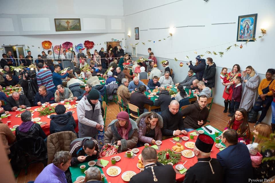 Різдвяний бенкет влаштували для бідних і самотніх франківців (ФОТО)
