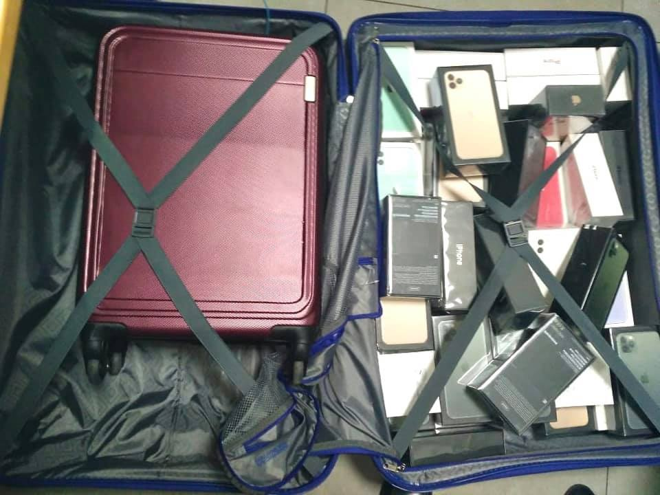 Майже на два мільйони: у Борисполі в забутому багажі знайшли 113 iPhone та 71 комплект Air Pods (ФОТО)