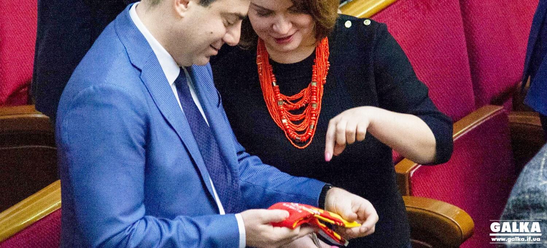 Савчук роздала у Верховній Раді брендові франківські шкарпетки (ФОТО)