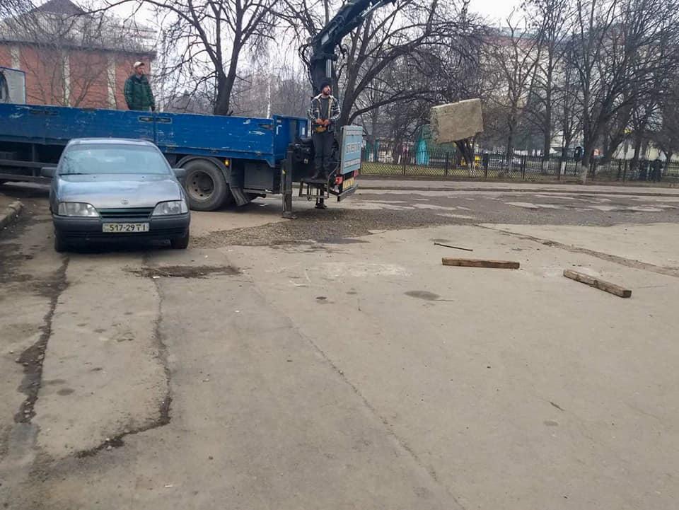 У Пасічній демонтували незаконні бетонні блоки у житлових дворах (ФОТО)