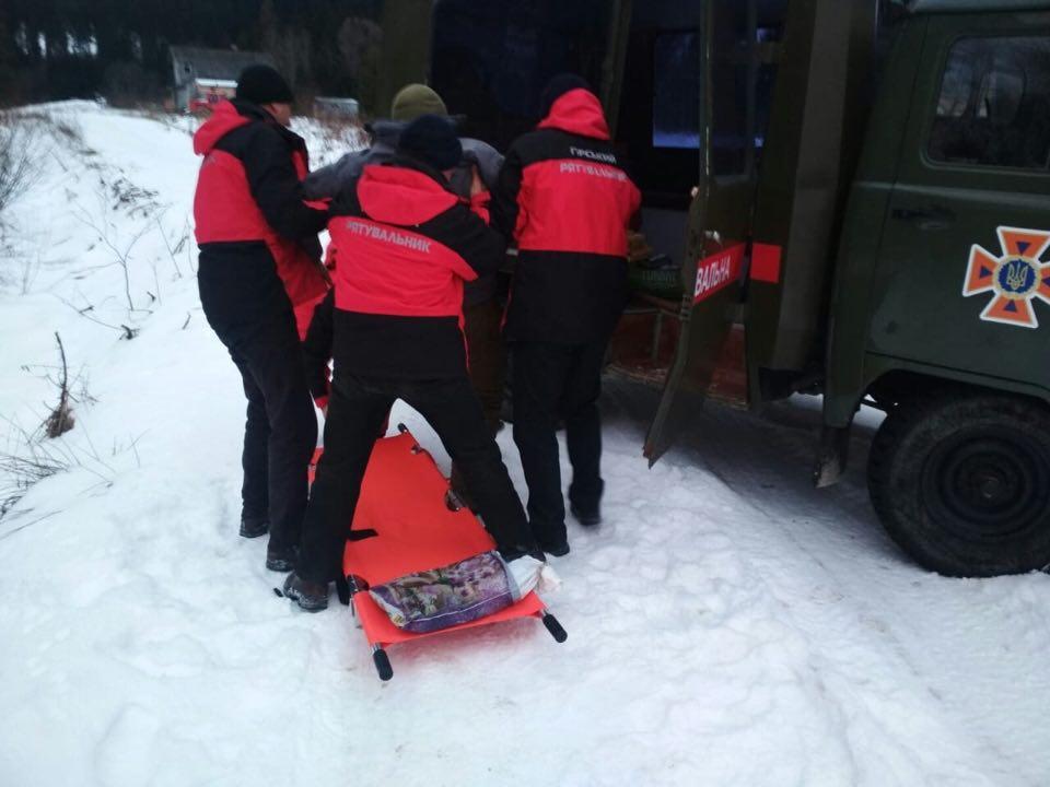 На Рожнятівщині рятувальники знесли на ношах з гір травмованого киянина (ФОТОФАКТ)