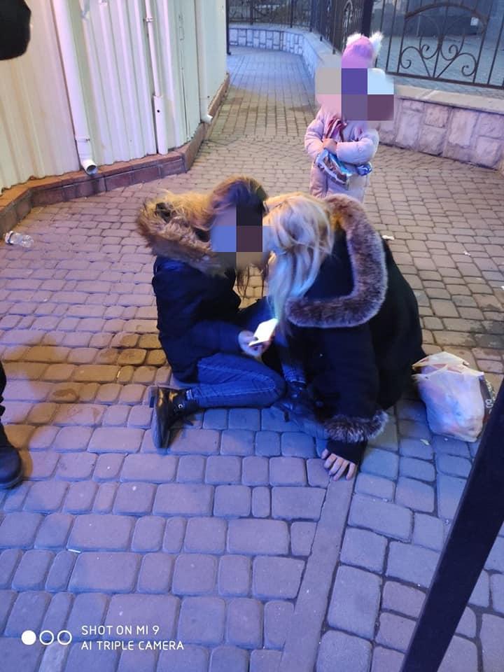 У центрі міста виявили двох п'яних жінок з малою дитиною – поліція вилучила дівчинку (ФОТО)