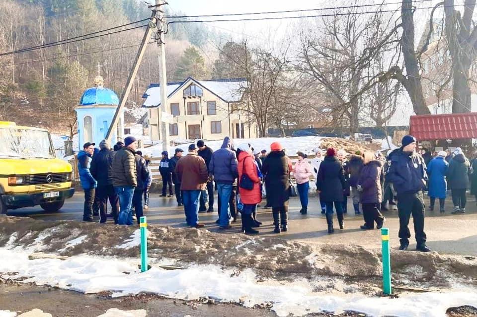На Верховинщині люди перекрили дорогу – не хочуть у Білоберізьку ОТГ (ФОТОФАКТ, ОНОВЛЕНО)