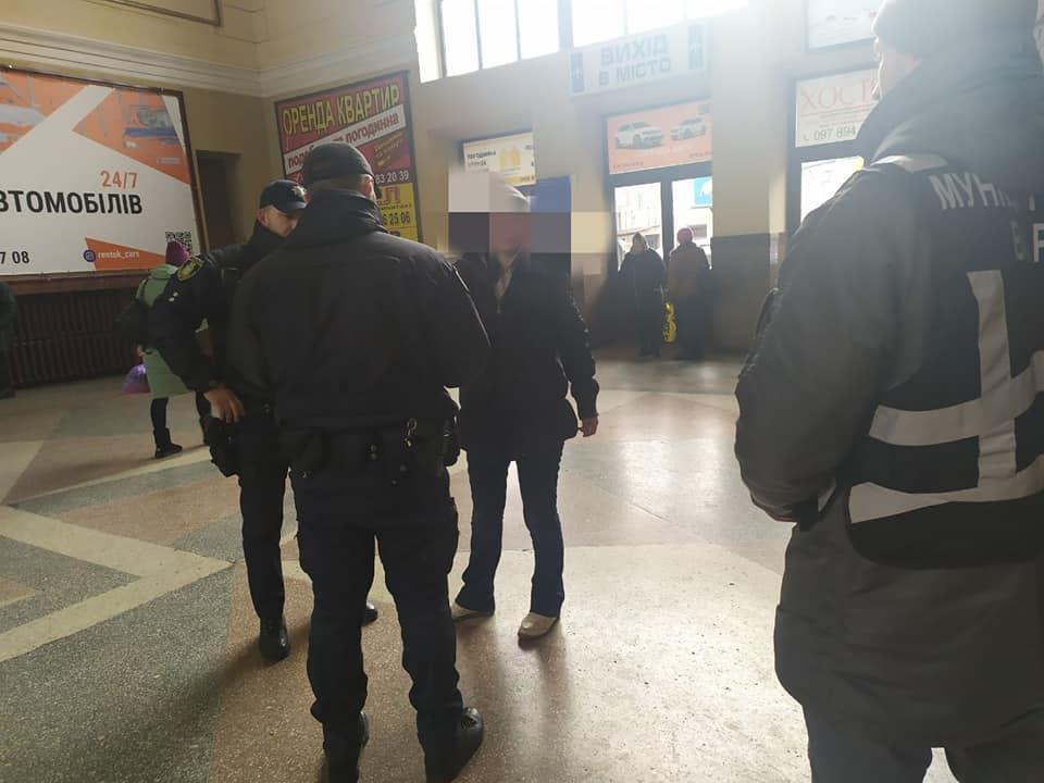 На вокзалі муніципали вгамовували жінку, яка лаялася і погрожувала людям (ФОТО)