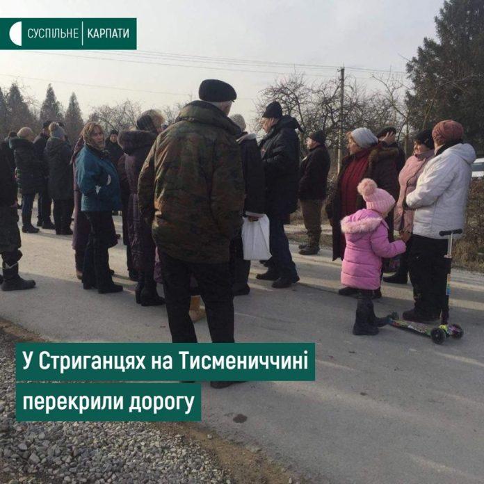 Жителі села на Тисменничині перекрили дорогу, щоб завадити будівництву вапняного комплексу (ВІДЕО)