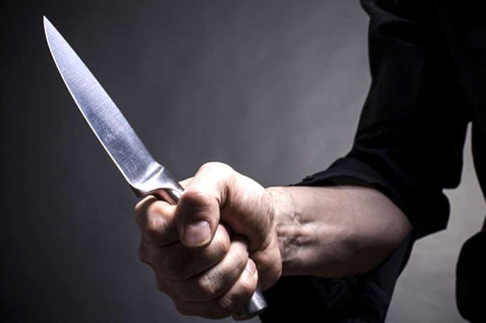 """У Франківську п'яний чоловік намагався залізти у машину """"швидкої"""" і погрожував ножем свідкам (ФОТО)"""