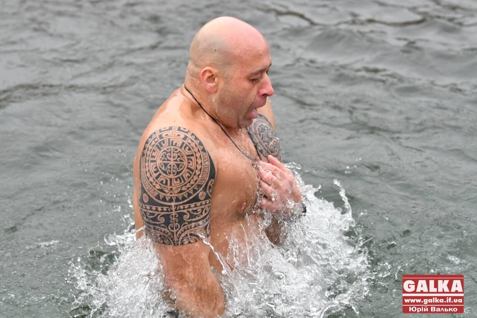 На Водохреща сотні франківців занурилися у холодну Бистрицю  (ФОТО)