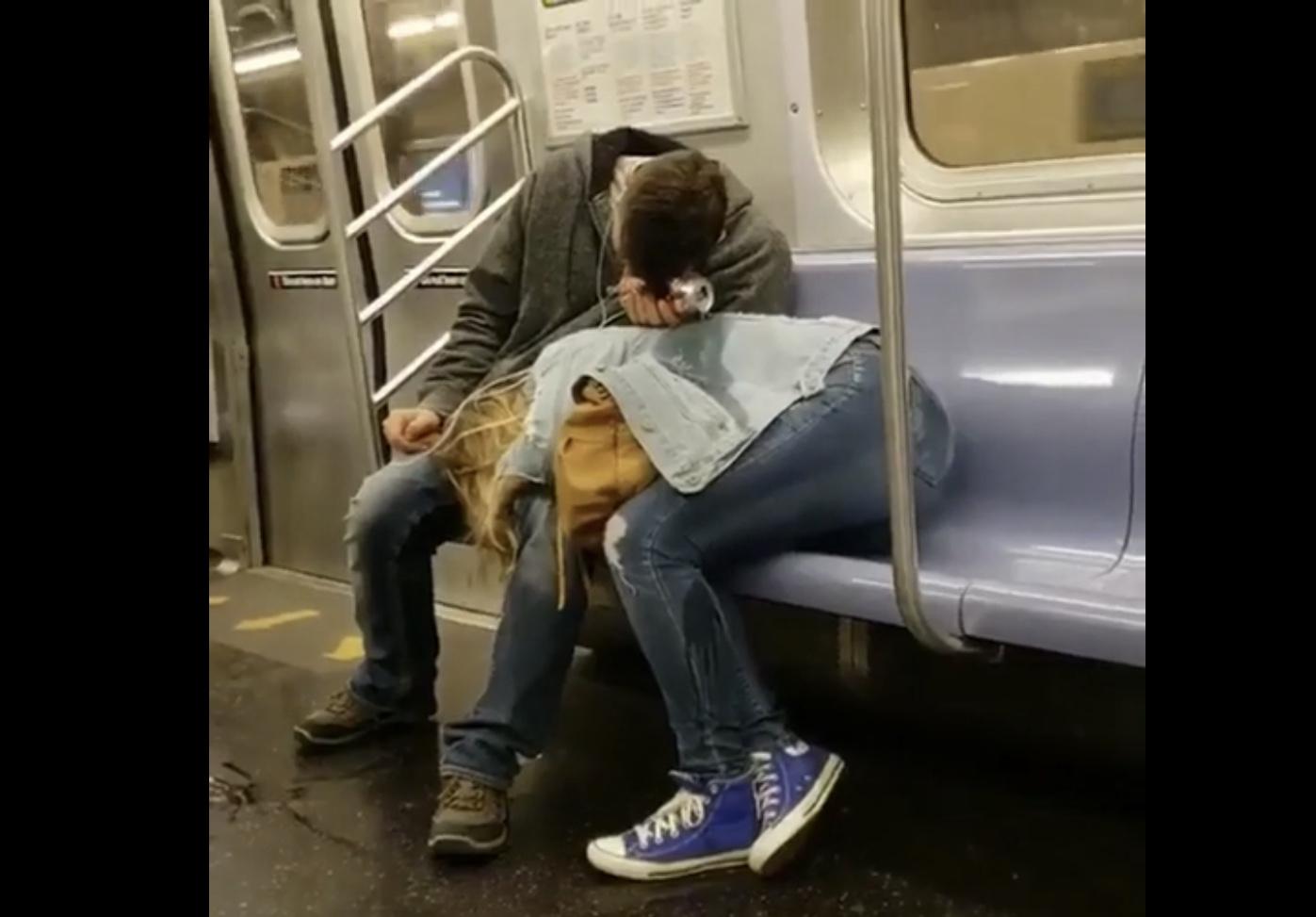 """""""Як романтично"""". У метро зняли сплячого хлопця, який розливає пиво на свою дівчину (ВІДЕО)"""