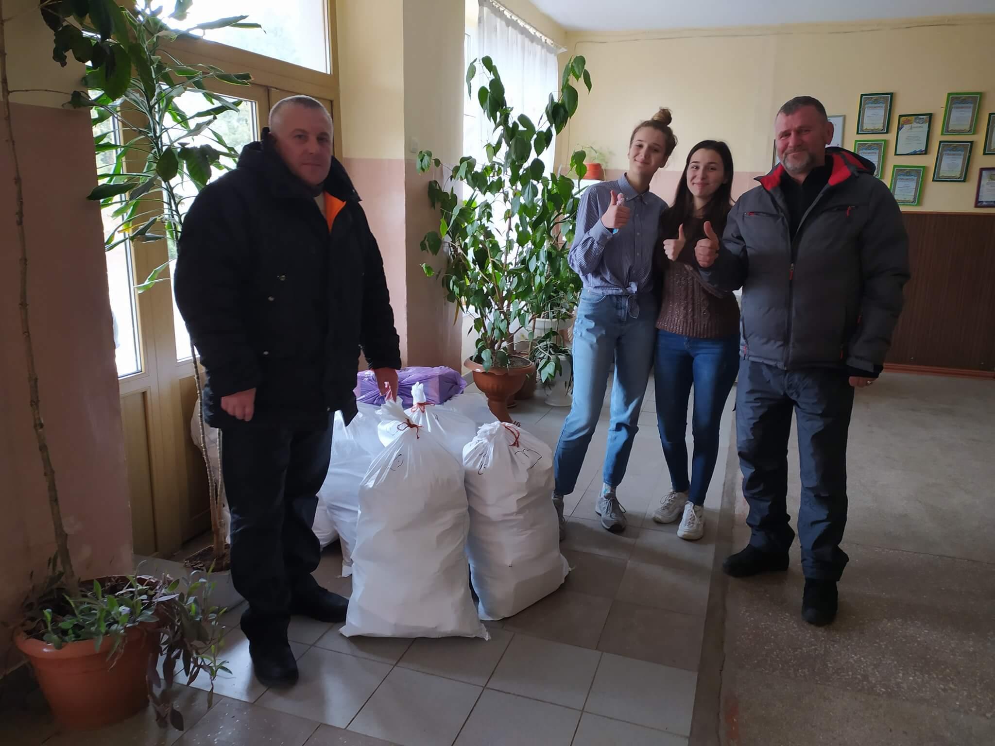 У Надвірній вчителі та школярі зібрали допомогу для українських бійців (ФОТО)