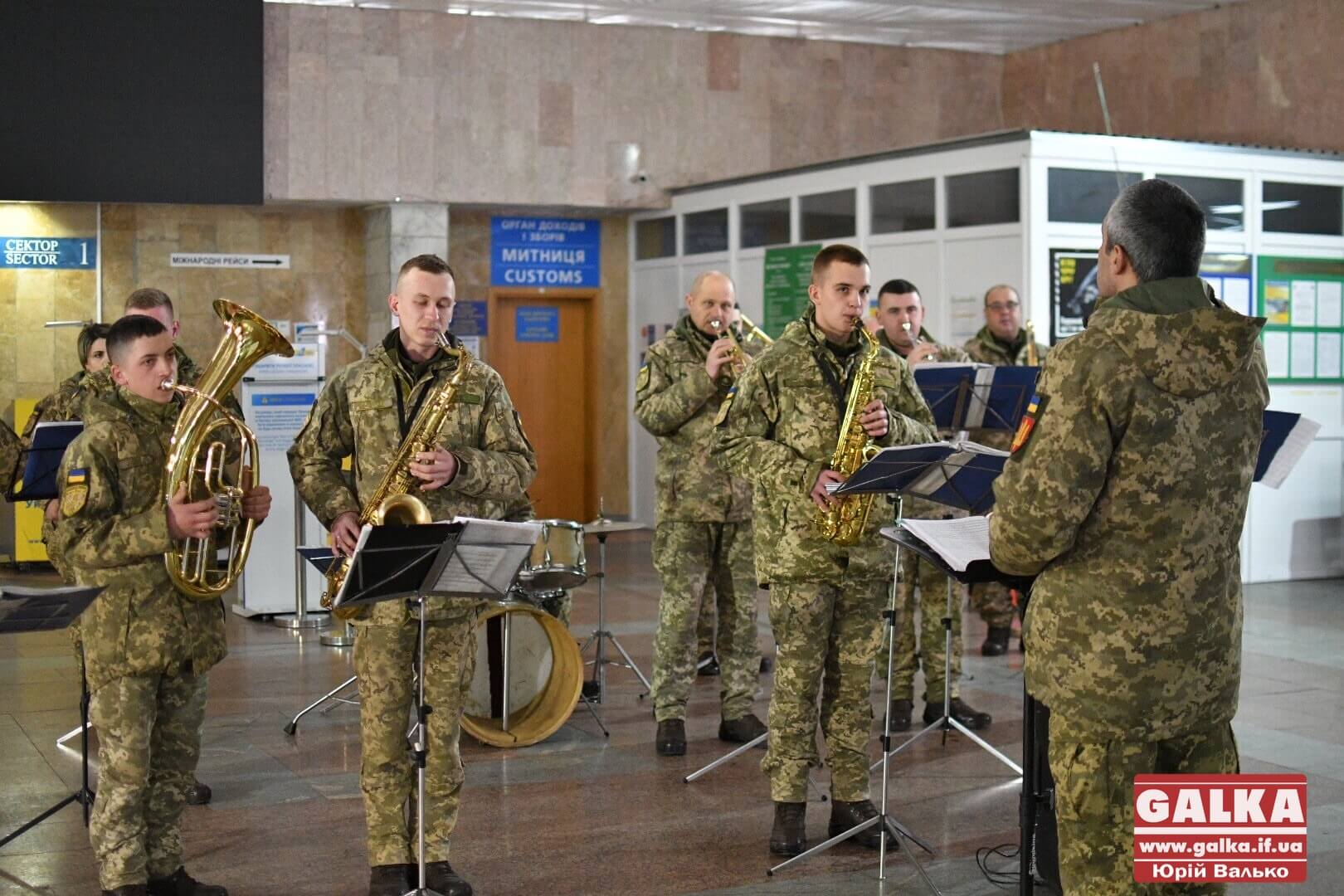 """У франківському аеропорту у пам'ять про """"кіборгів"""" зіграв військовий оркестр (ФОТО, ВІДЕО)"""