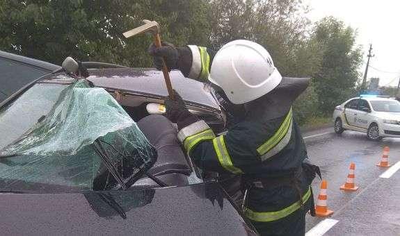У Драгомирчанахавтомобіль врізався в будинок: водія вирізали рятувальники (ДОДАНЕ ФОТО)