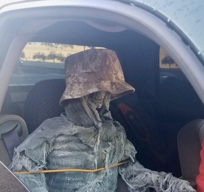 У США чоловіка оштрафували за те, що він посадив на пасажирське сидіння скелет (ФОТОФАКТ)