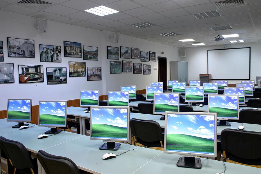 У школах області не вистачає майже 60 комплектів комп'ютерної техніки та понад сто парт