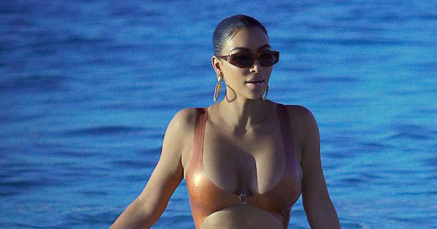 Кім Кардашьян в бронзовому купальнику похвалилася сексуальною фігурою (ФОТО)