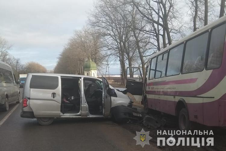 Рейсовий автобус з Івано-Франківська зіткнувся з легковиком: є потерпілі (ФОТО)