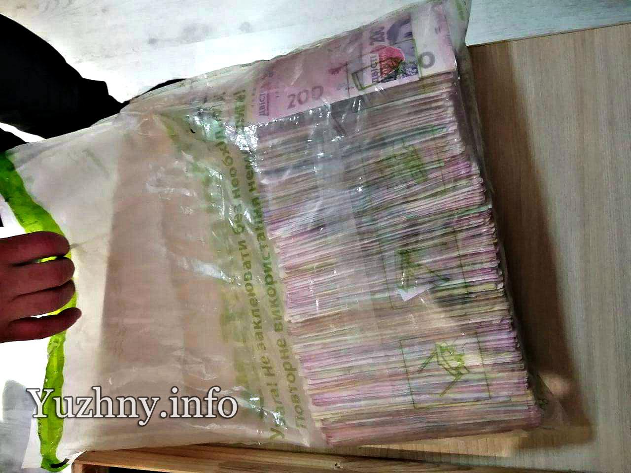 Комунальник відніс до поліції знайдені на дорозі 200 тисяч гривень, але йому не повірили