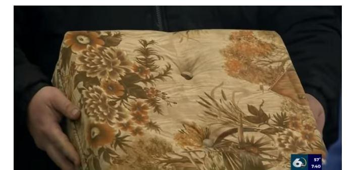 Американець купив незручний уживаний диван і згодом знайшов у ньому скарб (ВІДЕО)