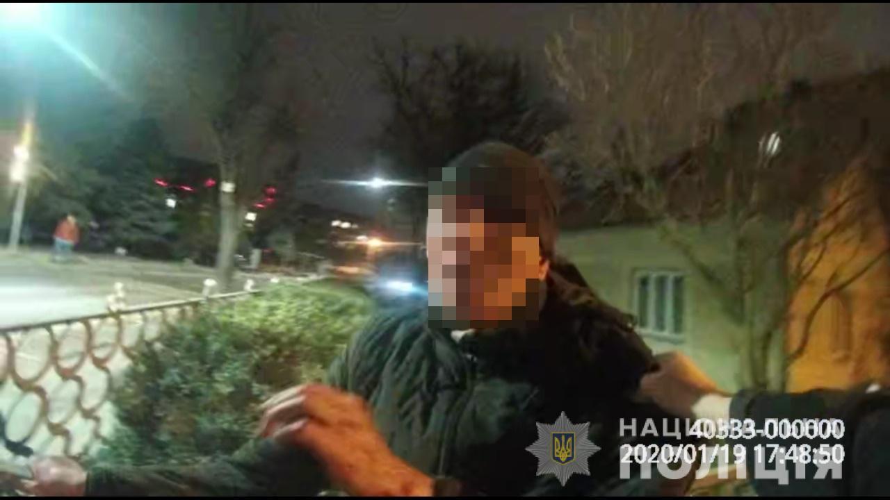 П'яні розбірки: у Франківську чоловік кидався з ножем на людей (ФОТО)