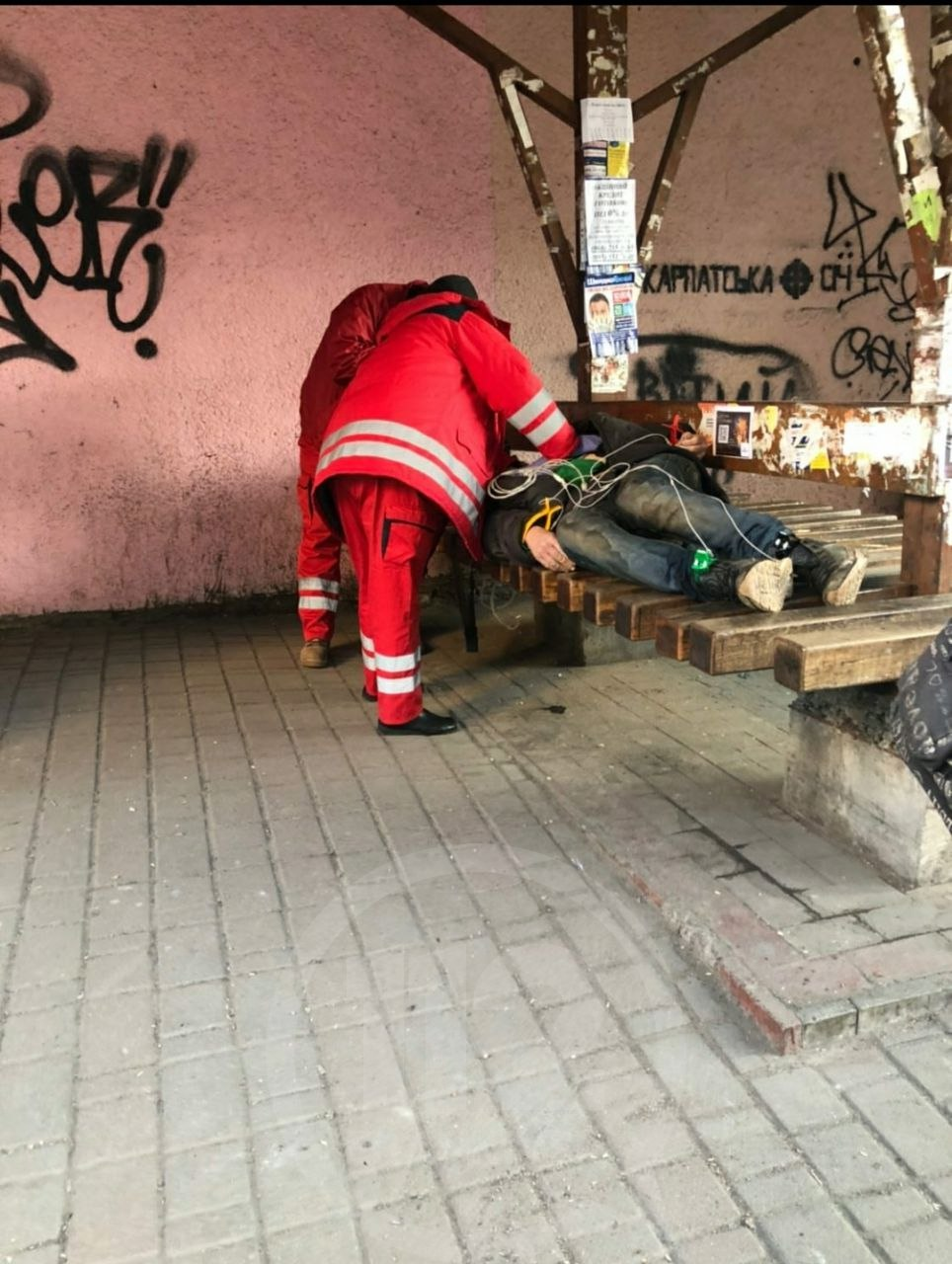 На зупинці в центрі міста виявили мертвого чоловіка (ФОТОФАКТ)