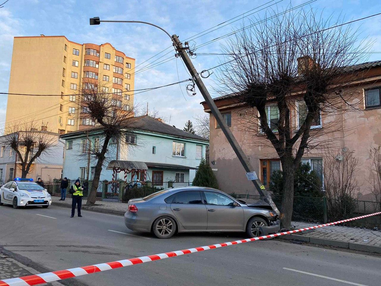 На Довгій автівка врізалася в електроопору. Знеструмлено кілька будинків (ФОТОФАКТ)