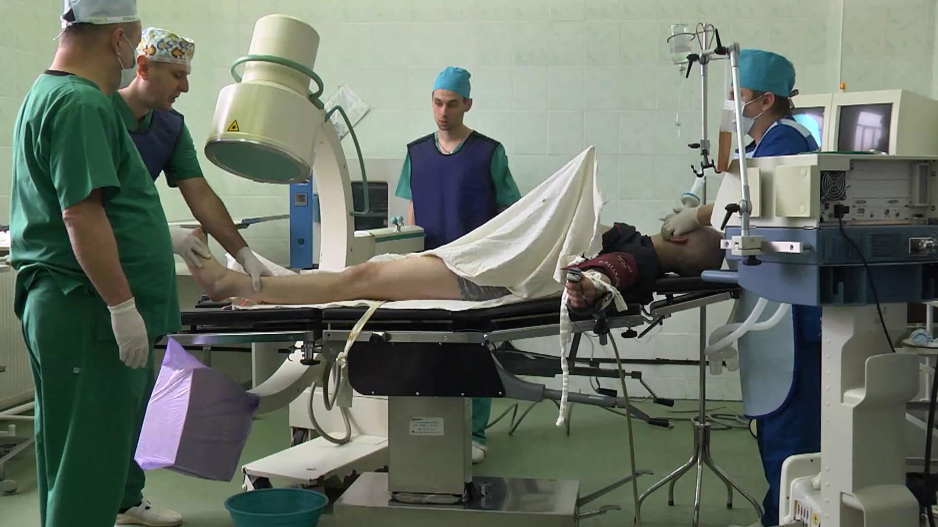 Як коломийські травматологи роблять складні операції із заміни суглоба (ВІДЕО)