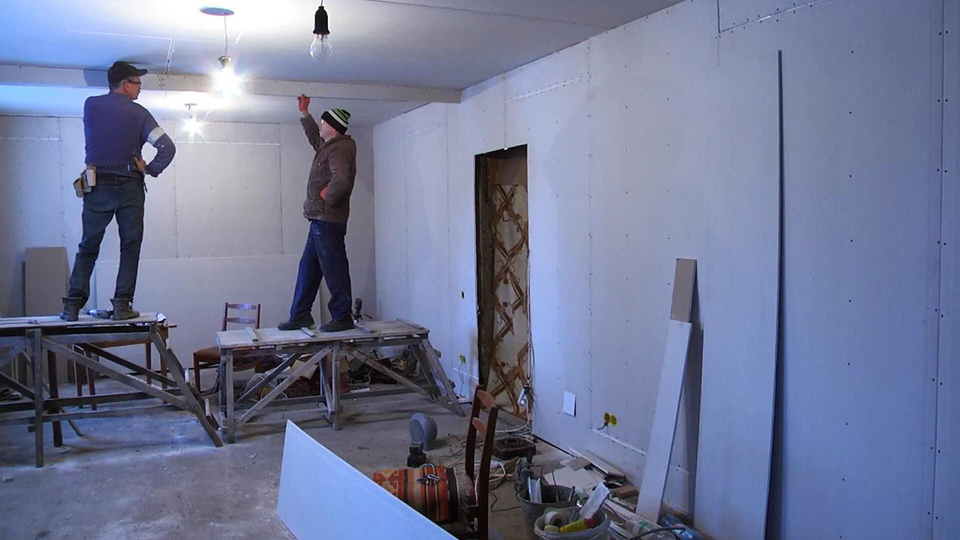 На Прикарпатті молодь ремонтує церковну резиденцію (ВІДЕО)