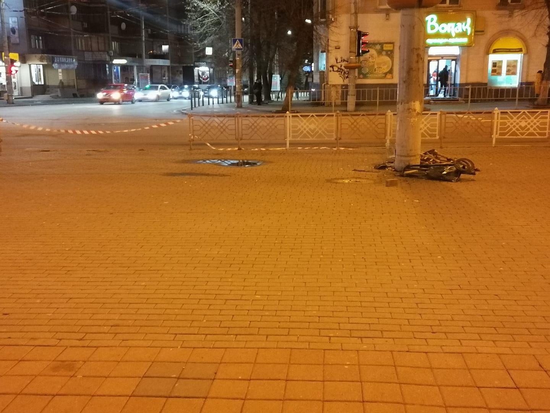 П'яний водій наCadillac Escalade зніс огорожу і рекламну вивіску поблизу драмтеатру (ДОДАНІ ФОТО)