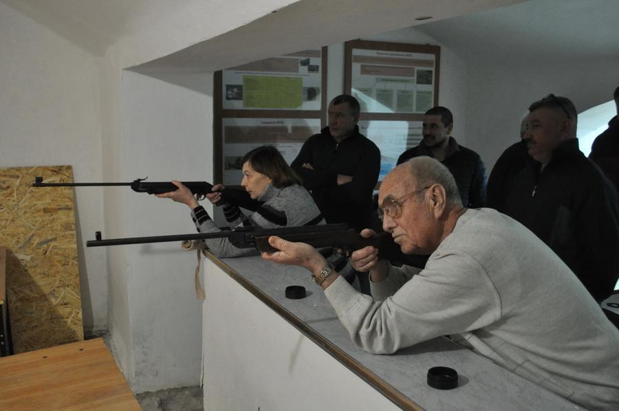 Як викладачі франківського вишу змагалися у стрільбі з гвинтівок (ФОТО)