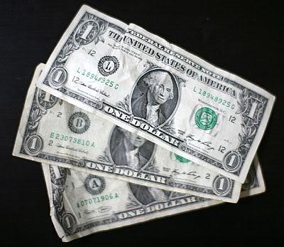 На 8 березня жінкам Туркменістану вручать по три долари