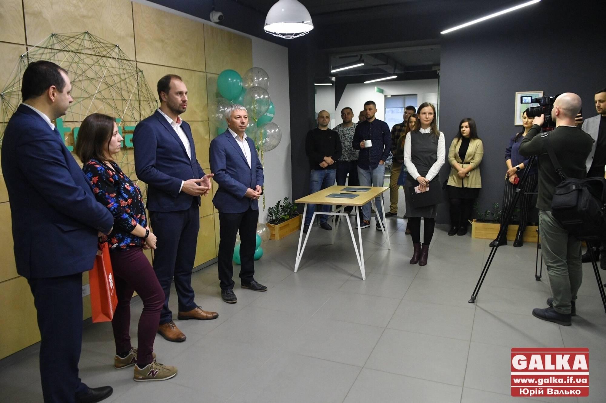 Ще одна ІТ-компанія відкрила новий офіс у Франківську: Марцінків прийшов в гості з шкарпетками (ФОТО)