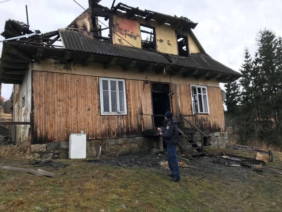 Будинок з дітьми і матір'ю у Ворохті зайнявся через підпал: поліція затримала колишнього коханця потерпілої (ФОТО)