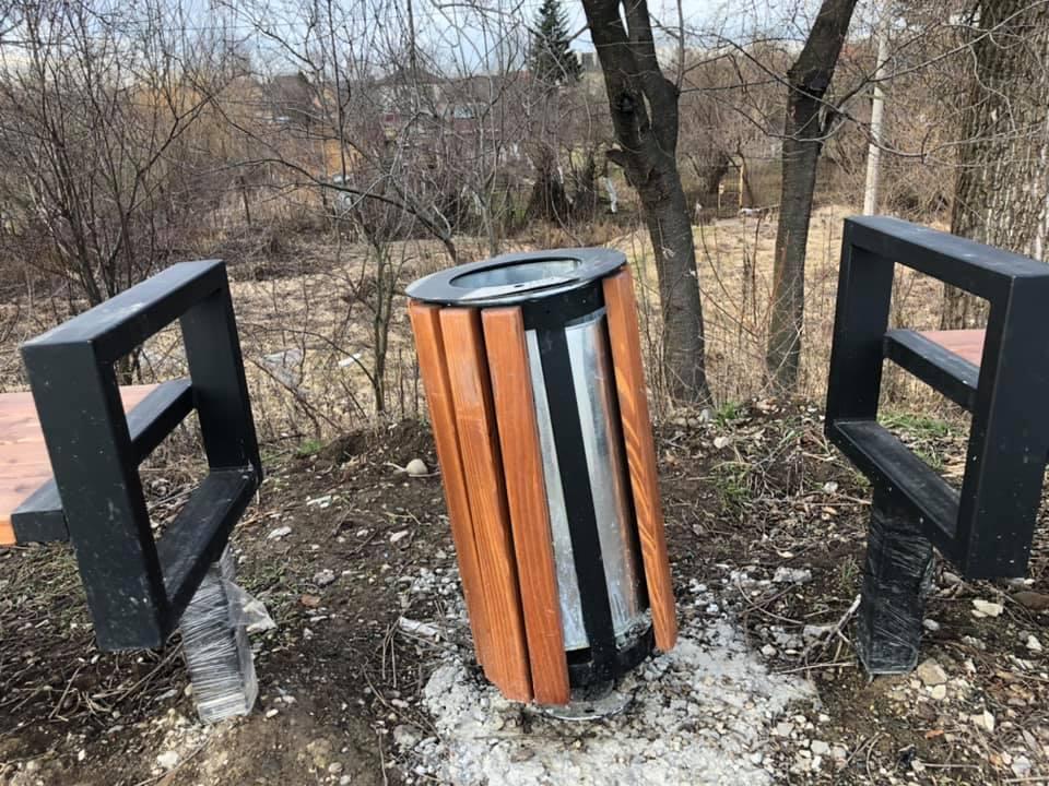 Вандали пошкодили нову урну на міському озері (ФОТОФАКТ)