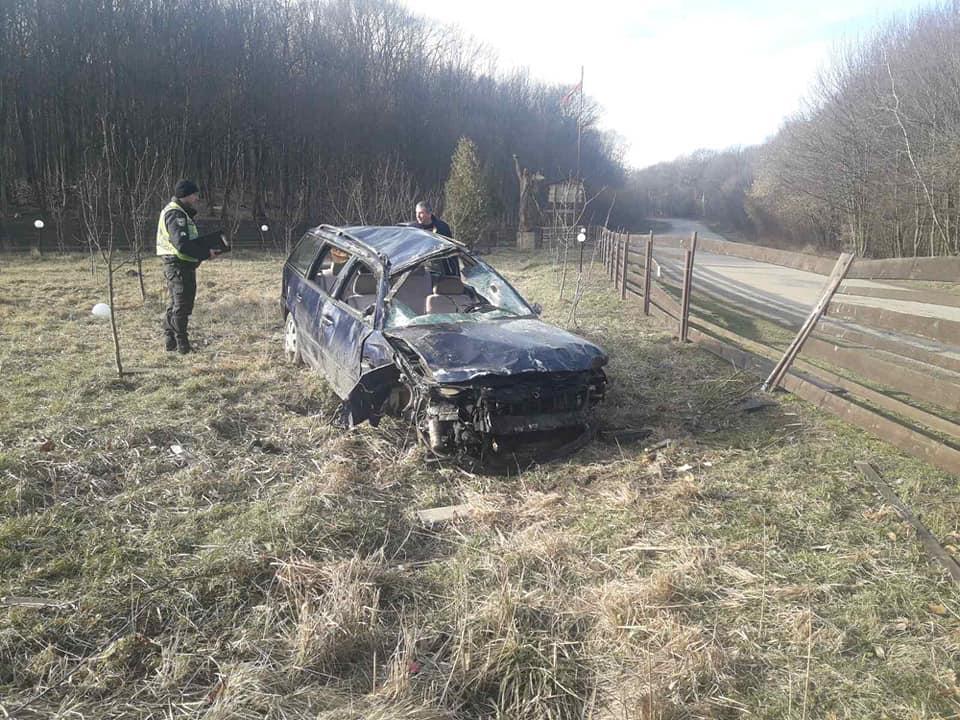 У Крилосі п'яний водій на Volkswagen зніс паркан і перекинувся (ФОТО)