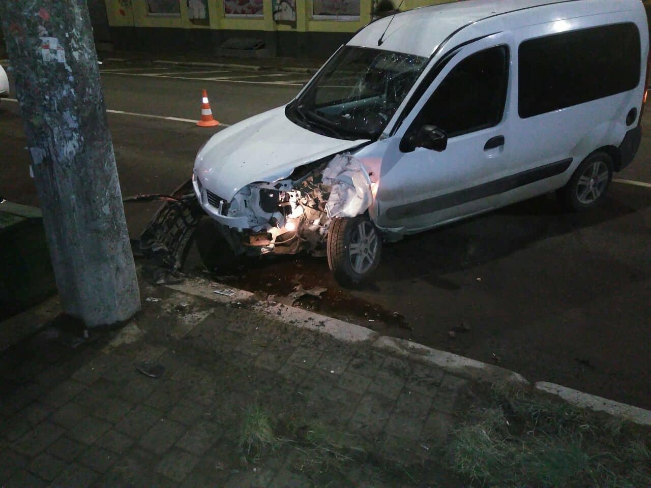 """На Гаркуші поломаний """"Рено"""" на швидкості врізався в електроопору, є травмовані (ФОТО)"""