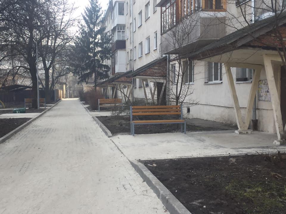 На Петлюри завершили благоустрій двору, який не ремонтували 40 років (ФОТО)